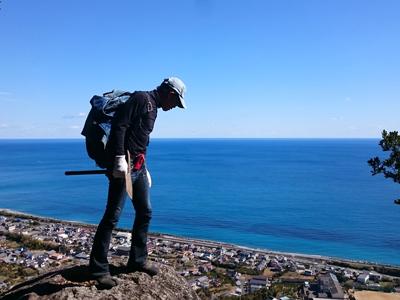 みさご岩に立つ男性